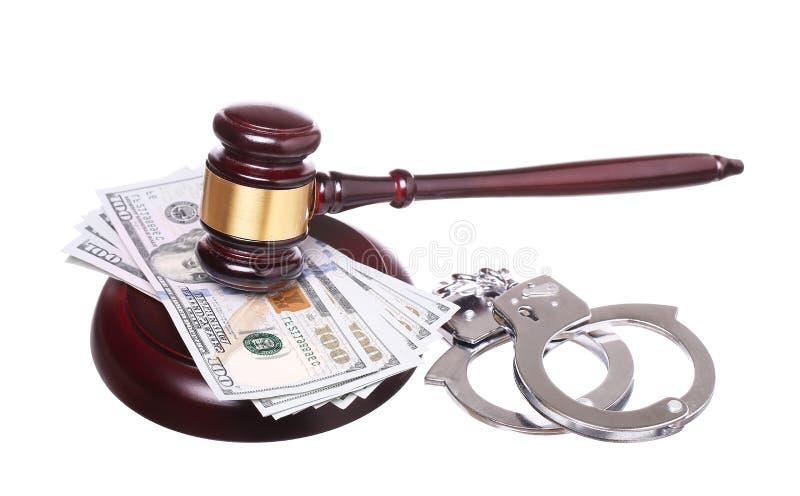 Beurteilen Sie Hammer und die Handschellen mit dem Geld, das auf Weiß lokalisiert wird lizenzfreies stockbild