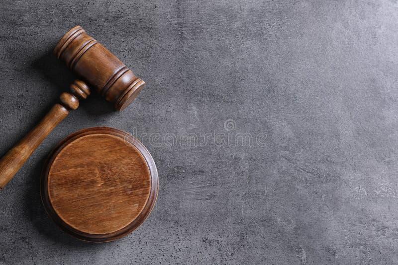 Beurteilen Sie ` s Hammer auf grauem Hintergrund, Draufsicht lizenzfreies stockbild