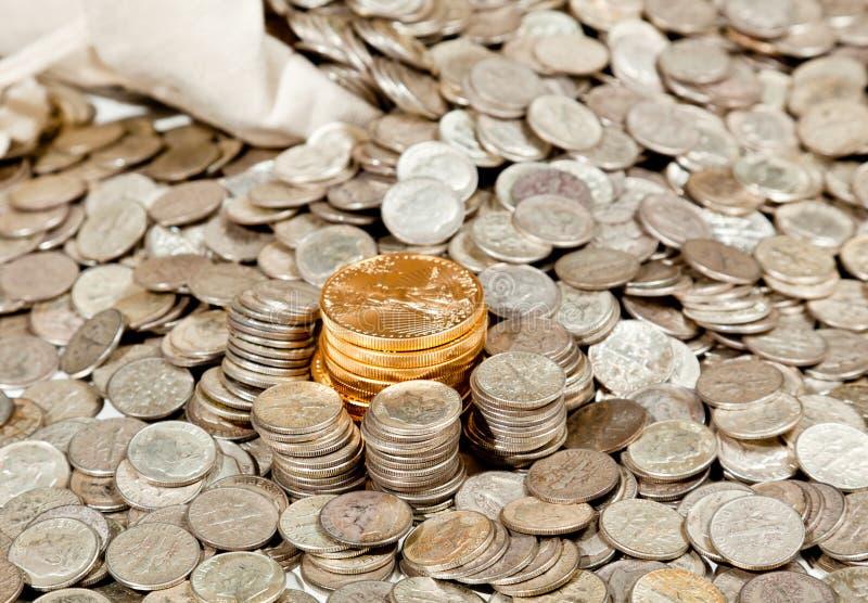 Beutel der Silber- und Goldmünzen lizenzfreies stockfoto