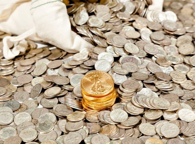 Beutel der Silber- und Goldmünzen lizenzfreie stockfotografie