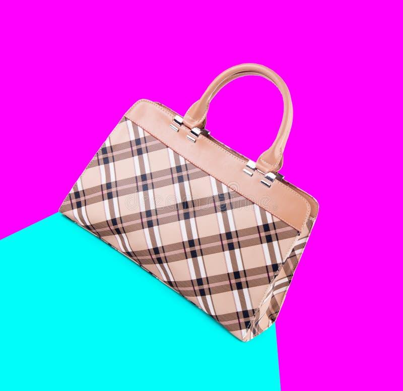 beutel Frauentasche auf einem Hintergrund lizenzfreie stockfotografie