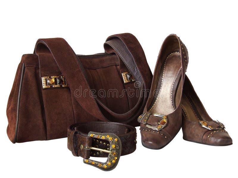 Beutel, Schuhe und Gurt getrennt auf Weiß lizenzfreies stockbild
