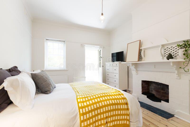 Beutifully a dénommé la chambre à coucher d'invité moderne en appartement de vintage photographie stock