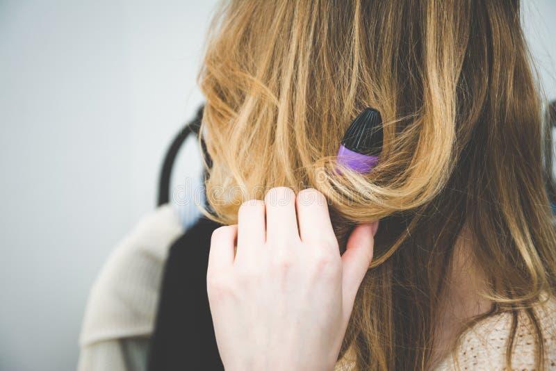 Beuty e concetto di modo, capelli d'arricciatura della donna del parrucchiere con le tenaglie del bigodino del ferro da stiro immagini stock