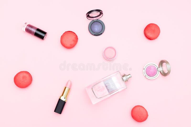 Beuty e macarrão dos doces em um fundo cor-de-rosa Cores pastel Punchy imagens de stock