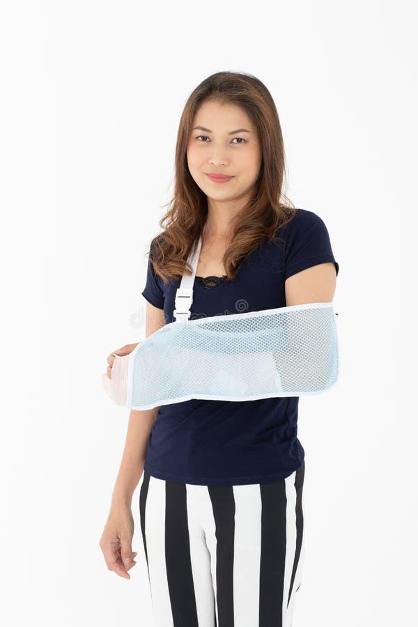 Beväpna den brutna asiatiska kvinnan med armremmen som stöttas på hennes hand, lura fotografering för bildbyråer