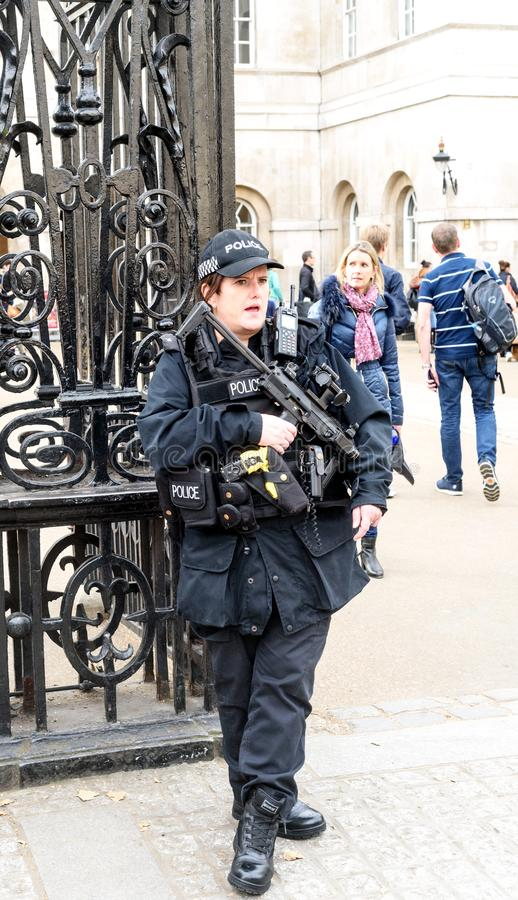 Beväpnad brittisk kvinnlig polisanseendevakt arkivfoton