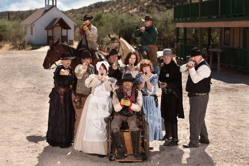 beväpnad gamla människor town arkivfoton