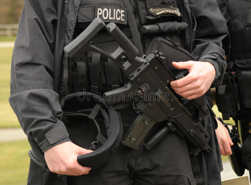 beväpnad polisflugsmälla royaltyfri foto