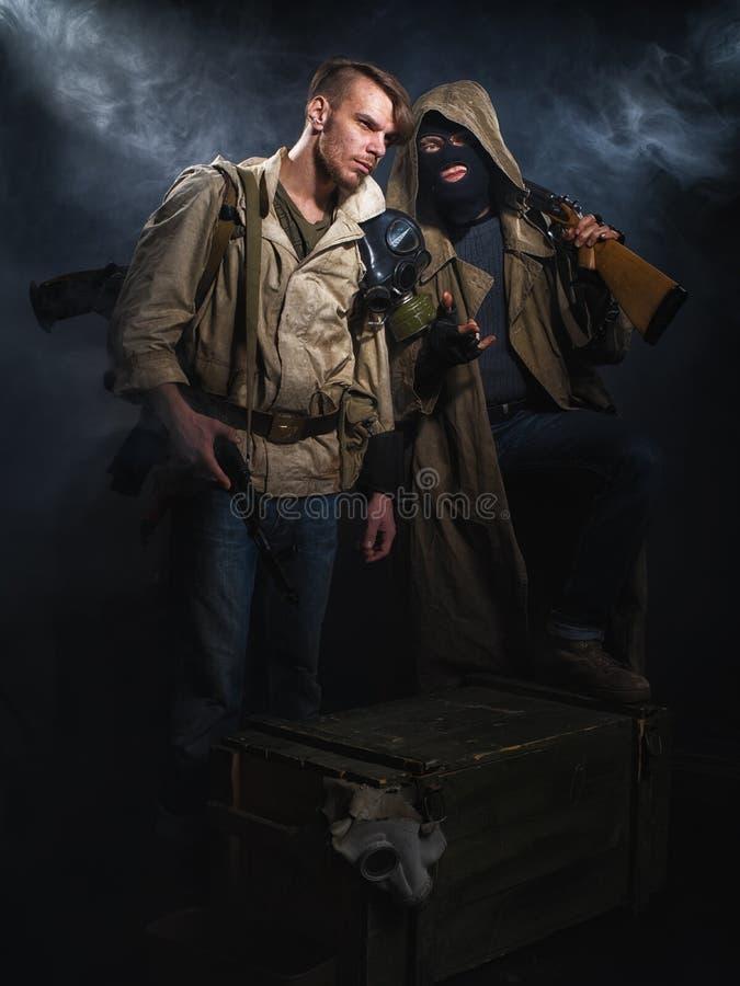 beväpnade män två Stolpe-apokalyptisk fiktion royaltyfri foto