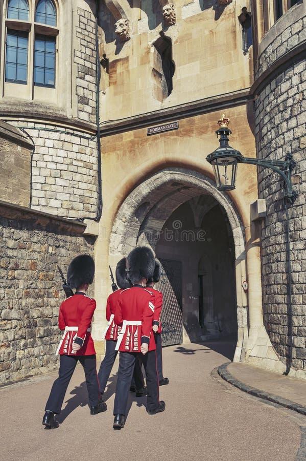 Bevaka att ändra på Norman Gate av Windsor Castle, kunglig uppehåll på Windsor i länet av Berkshire, England, UK royaltyfri bild