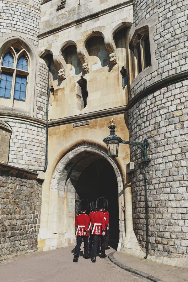 Bevaka att ändra på Norman Gate av Windsor Castle, kunglig uppehåll på Windsor i länet av Berkshire, England, UK royaltyfri fotografi