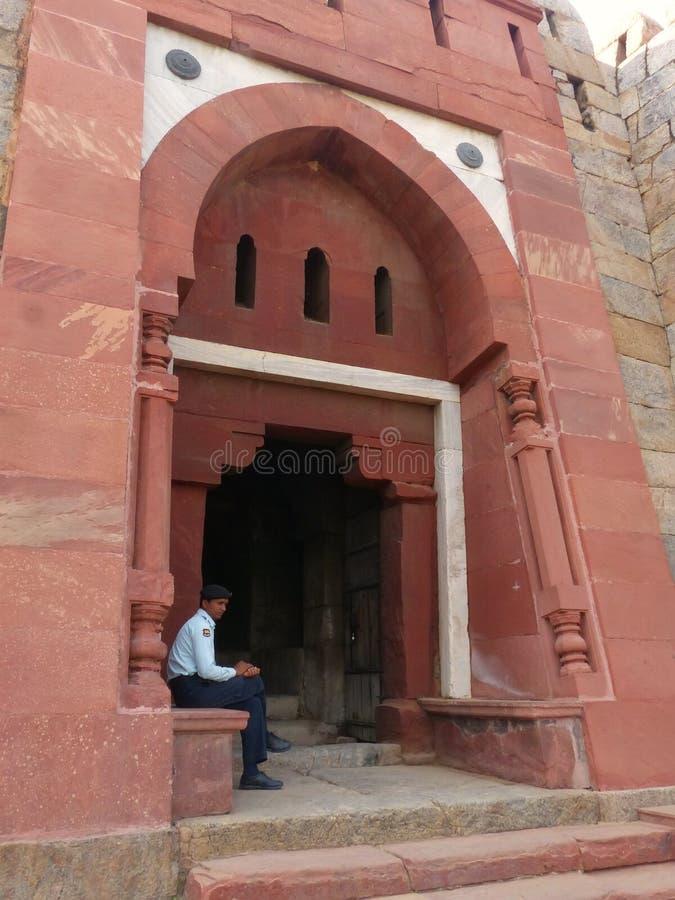 Bevaka sammanträde på porten av mausoleet av Ghiyath al-buller Tughluq royaltyfri bild