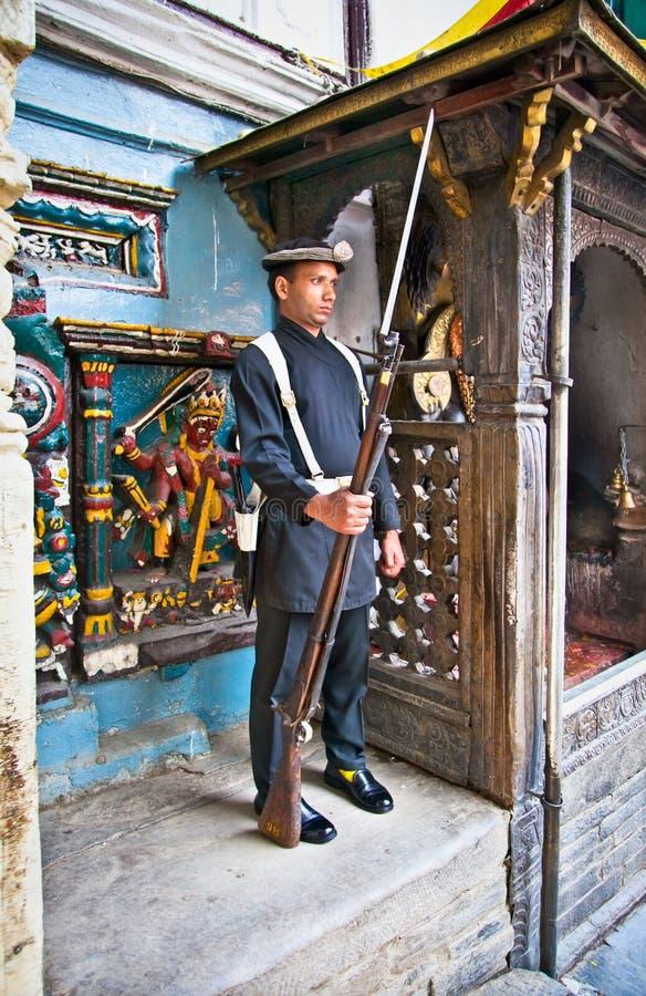 Bevaka soldaten i Hanuman Dhoka, gamla Royal Palace, den Durbar fyrkanten royaltyfria foton