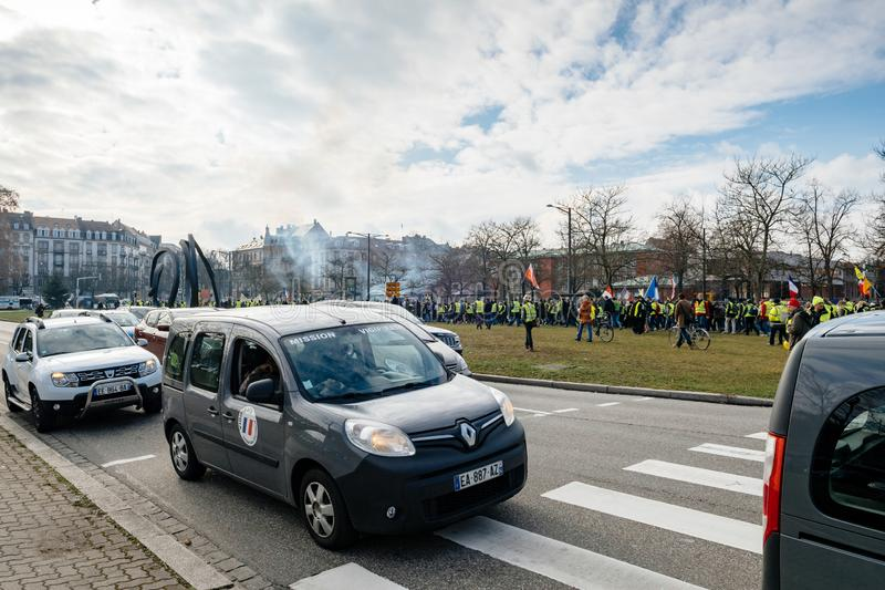 Bevakning av poliser i vigipirateskåpbil royaltyfria foton