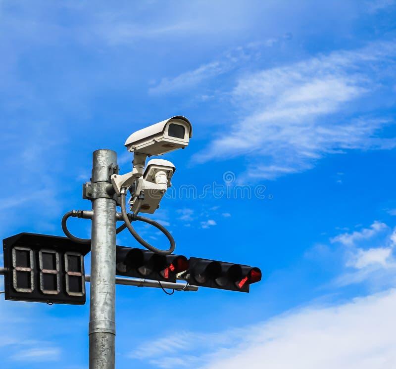 Bevakningkamera och trafikljus royaltyfri bild