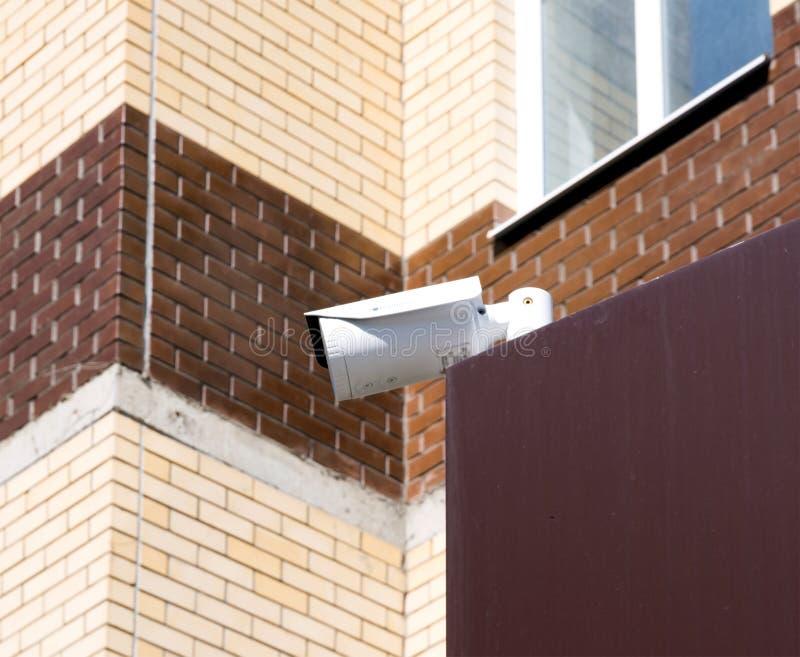 Bevakningkamera som monteras på skärmen av byggnaden fotografering för bildbyråer