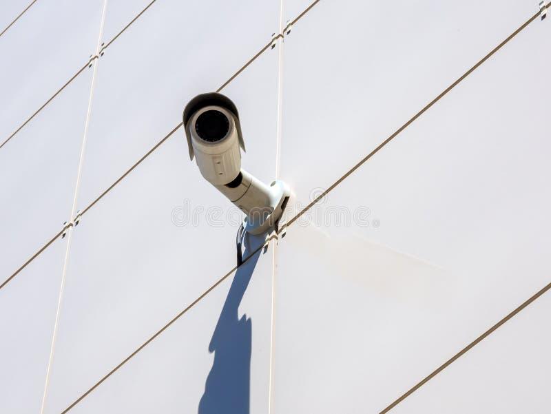 Bevakningkameran monterade på en vägg som fodrades med keramiska tegelplattor royaltyfria bilder