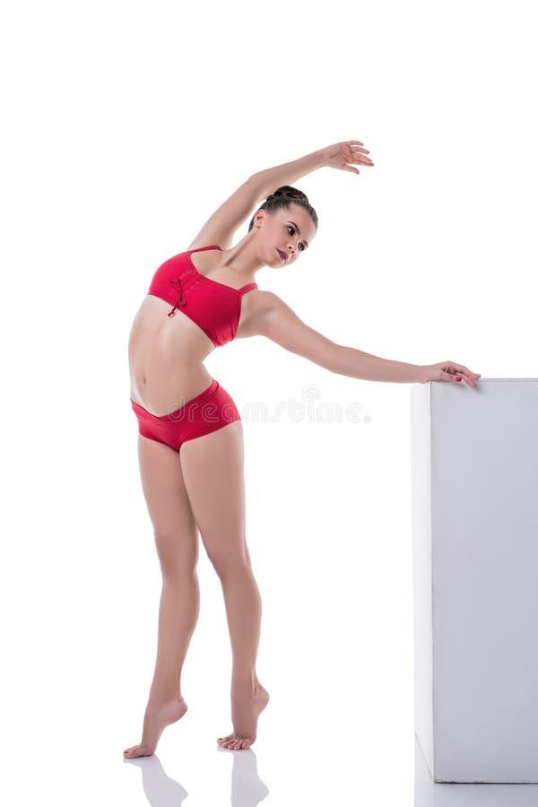 Bevallig meisje die terwijl status op tiptoe opleiden stock afbeelding