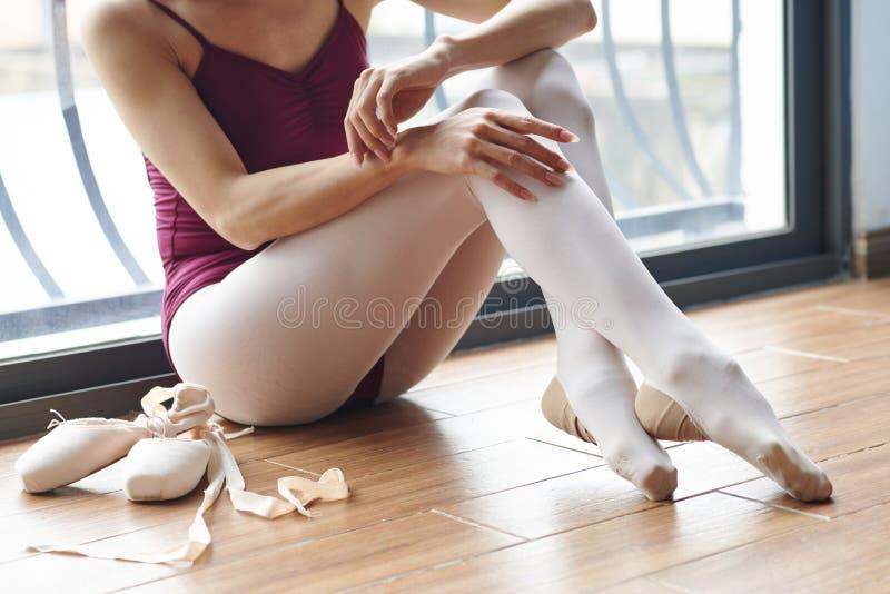 Bevallige ballerina in klasse royalty-vrije stock afbeelding