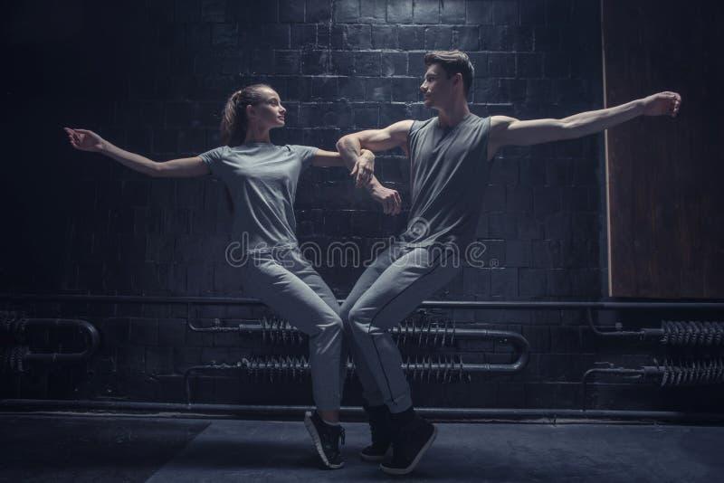 Bevallige jonge dansers die samen stellen royalty-vrije stock foto