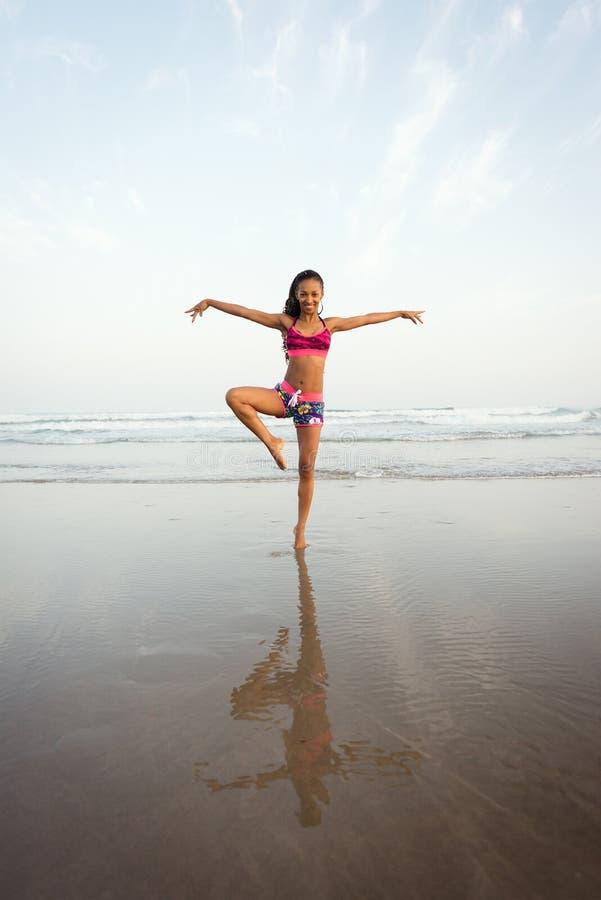 Bevallige vrouw die bij het strand dansen royalty-vrije stock afbeelding