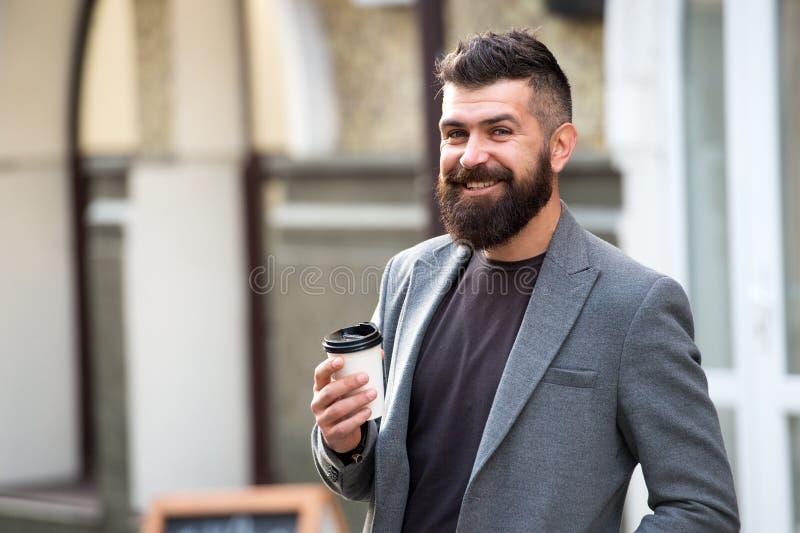 Bevalo in movimento Pantaloni a vita bassa barbuti dell'uomo preferire caffè per portare via Caffè della bevanda dell'uomo d'affa immagine stock libera da diritti