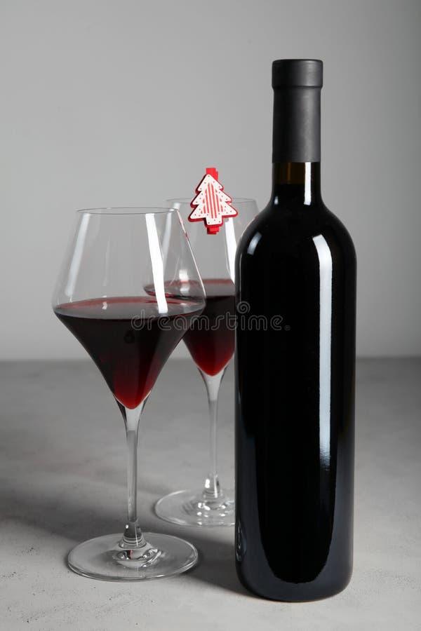 Bevanda alcolica festiva Vino rosso per la tavola del nuovo anno fotografie stock libere da diritti