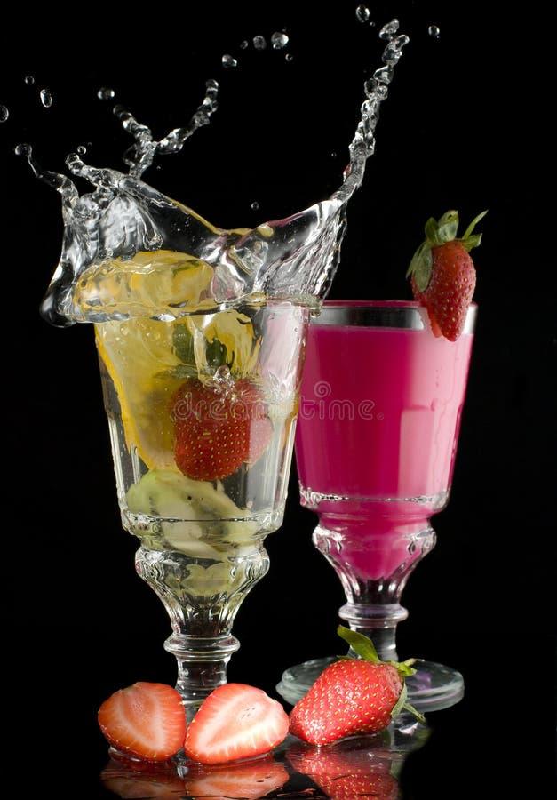 Bevanda a base di latte della fragola della frutta del limone con una spruzzata immagini stock libere da diritti