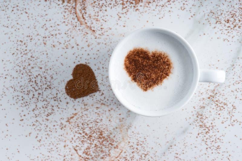 Bevanda calda con il cacao di forma del cuore immagine stock