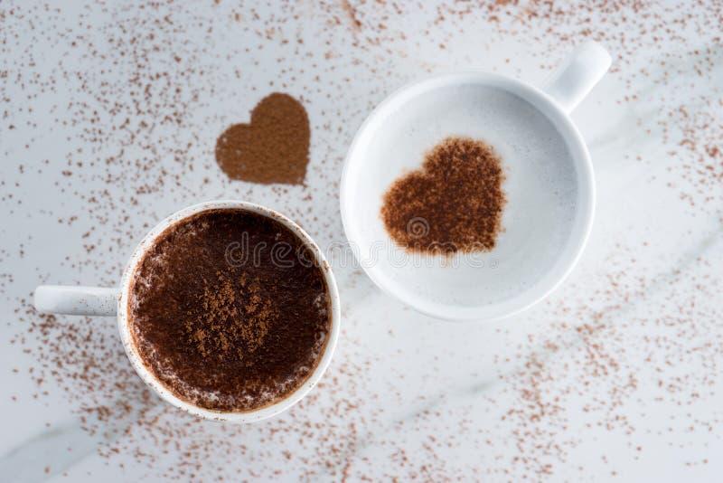 Bevanda calda con il cacao di forma del cuore fotografia stock libera da diritti