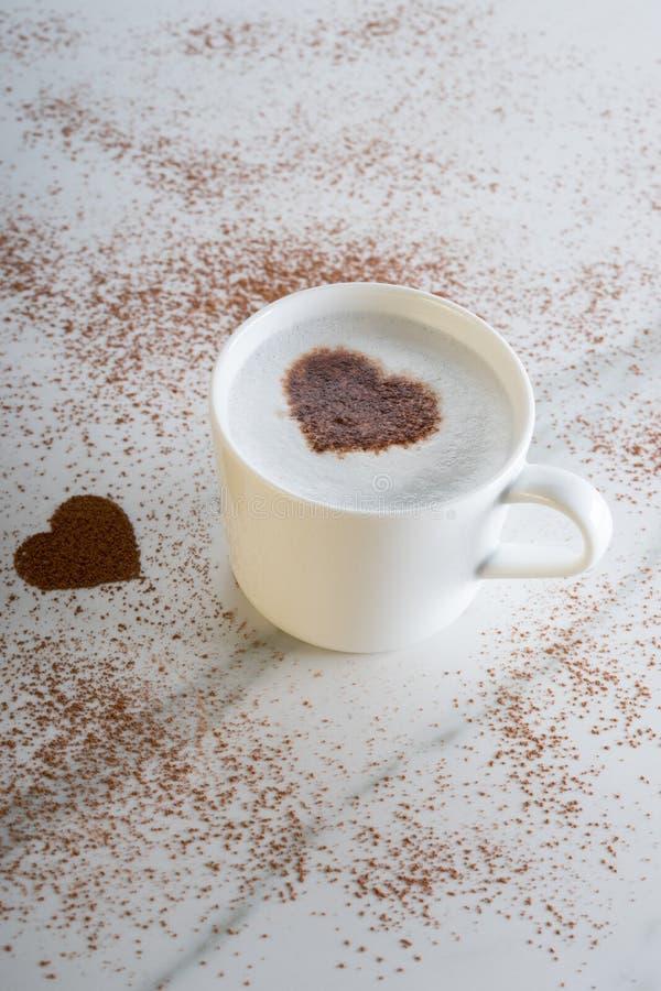 Bevanda calda con il cacao di forma del cuore fotografie stock libere da diritti