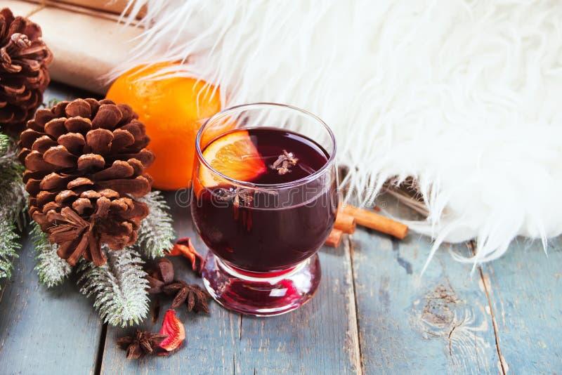 Bevanda calda del vin brulé con l'agrume, la mela e le spezie in un vetro della bevanda fotografia stock