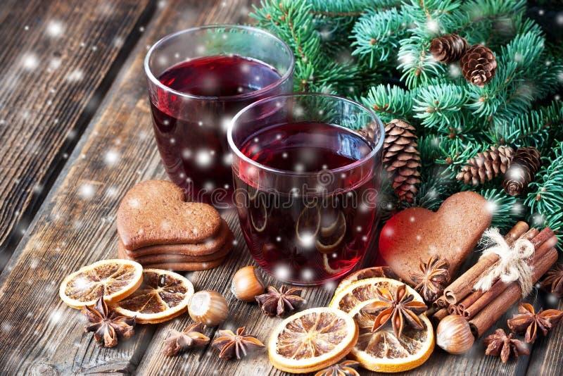 Bevanda calda di Natale in biscotti del pan di zenzero e di vetro immagine stock libera da diritti