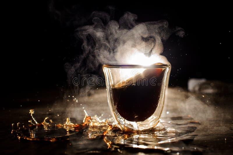 Bevanda calda straripata del caffè della tazza di vetro fotografia stock libera da diritti