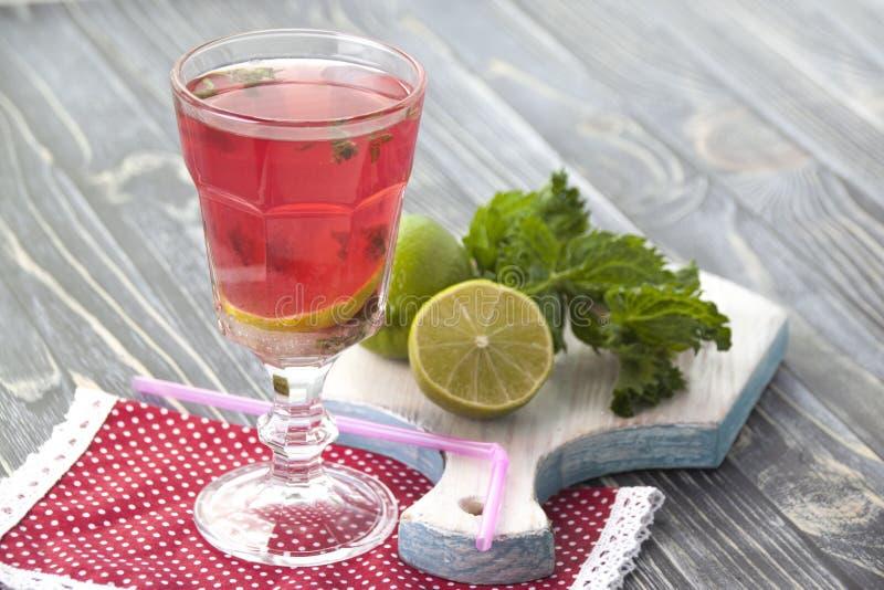 Bevanda casalinga del succo della bacca con calce e la menta immagine stock