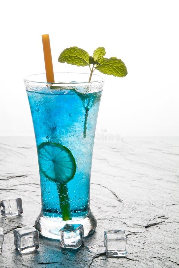 bevanda classica del bule del cocktail con calce fotografia stock