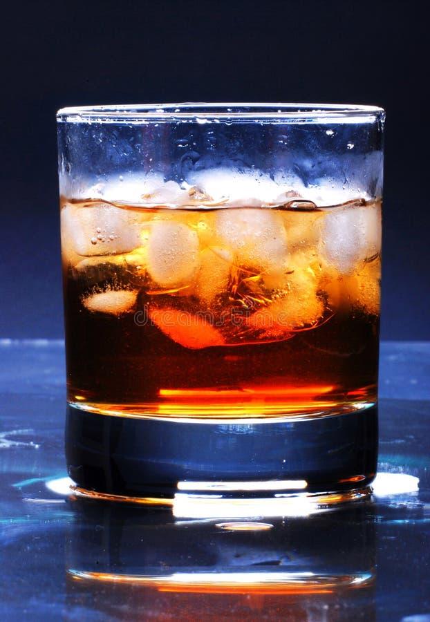 Bevanda con il cubetto di ghiaccio fotografie stock