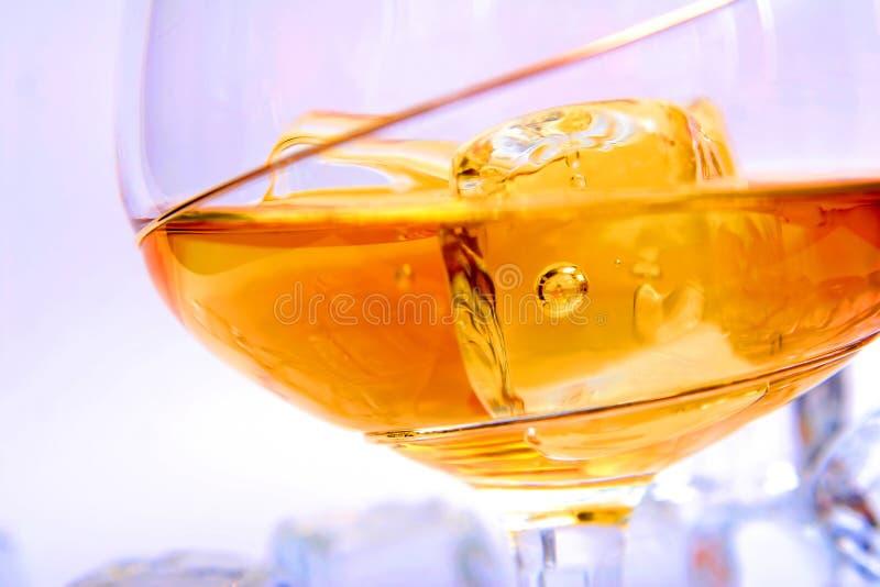 Bevanda con il cubo di ghiaccio fotografia stock