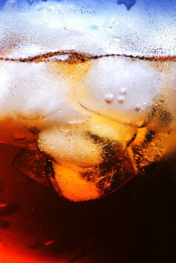 Bevanda con il cubo di ghiaccio immagine stock