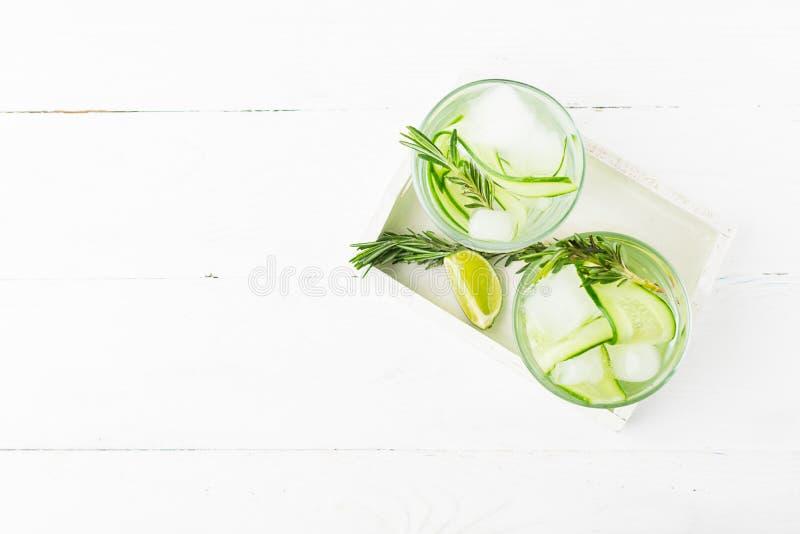 Bevanda dal ramoscello succoso della calce del cetriolo fresco dei rosmarini in vetri di vetro su un fondo bianco Disintossicazio immagine stock