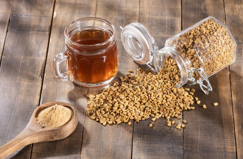 Bevanda dei semi o di Methi Dana di fieno greco inzuppandola in acqua durante la notte utile nella perdita di peso, nella digesti fotografia stock libera da diritti