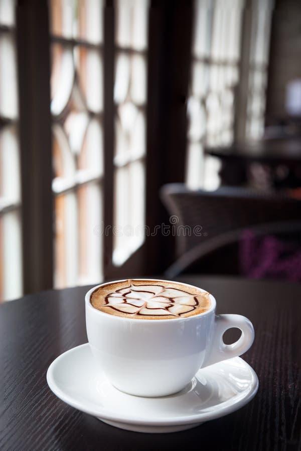 Bevanda del caffè del Mocha su una tabella di legno dalla finestra immagini stock libere da diritti