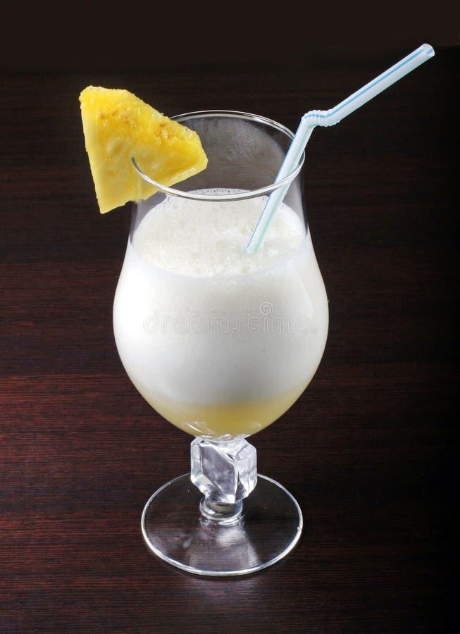 Bevanda del cocktail con l'ananas fotografia stock
