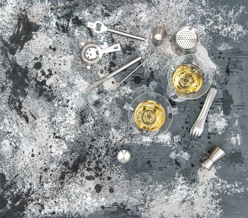 Bevanda del cocktail di vetro di Martini che fa gli strumenti fotografie stock libere da diritti