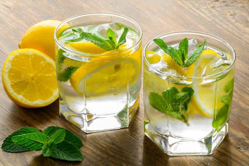 Bevanda del coctail del limone Limonata in due di vetro e immagini stock