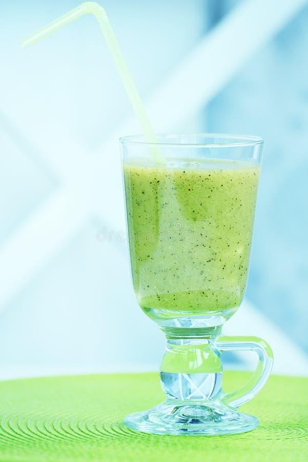 Bevanda del kiwi in un calice di vetro Stile di vita sano e nutrizione adeguata fotografia stock