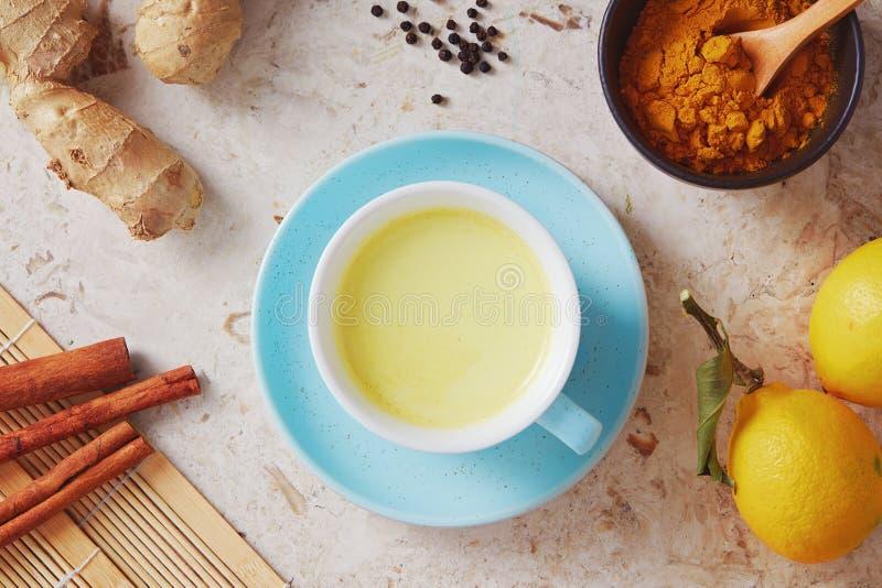Bevanda deliziosa della disintossicazione fatta di curcuma, zenzero, latte, miele e fotografia stock