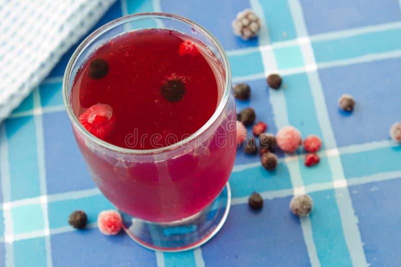 Bevanda della composta dalle bacche congelate fotografie stock libere da diritti
