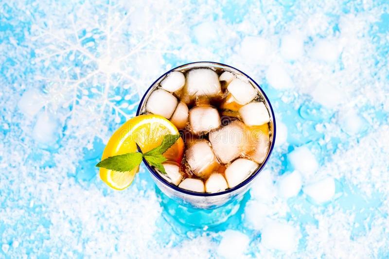 Bevanda di estate su un fondo blu immagine stock